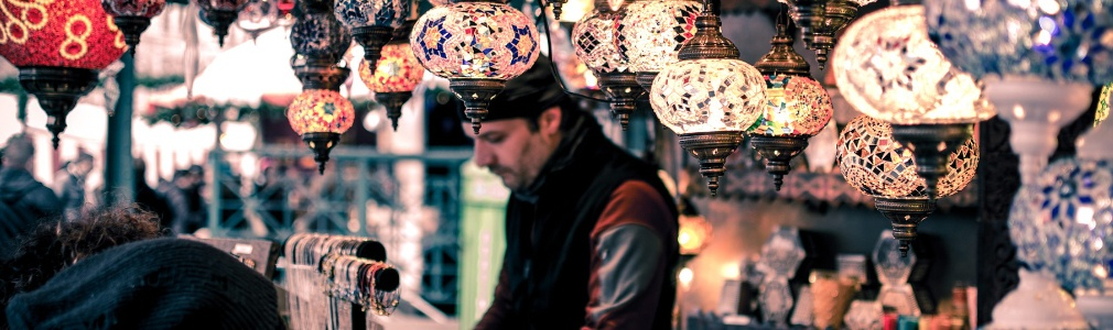 Hombre turco trabajando en Turquía